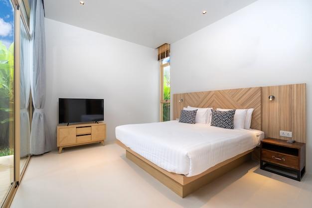 家の居心地の良いキングベッド付きのベッドルーム