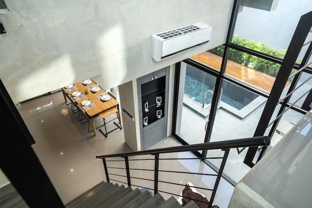 Лестница в просторной лофте виллы и квартиры
