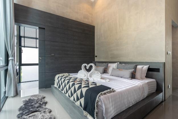 青いベッドライナー付きの広々としたモダンなロフトベッドルーム