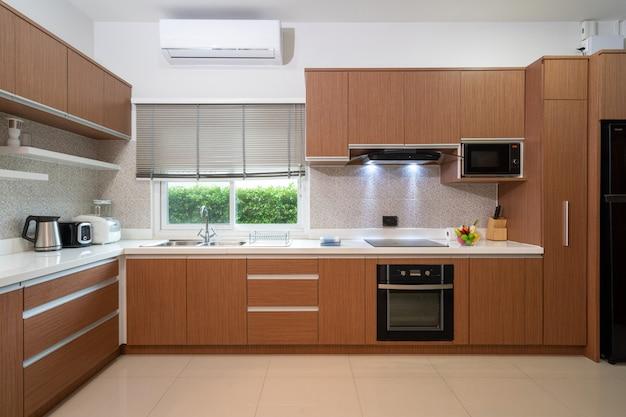 現代の家の完全装備の洋式キッチン