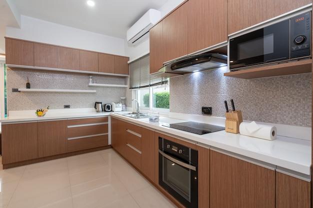 Полностью оборудованная западная кухня в современном доме