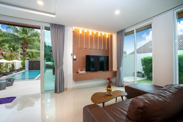 モダンな装飾が施された広々としたリビングルームのプールへのアクセス