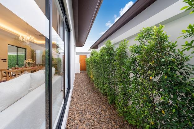 引き戸と庭のあるオープンプランのリビングエリア