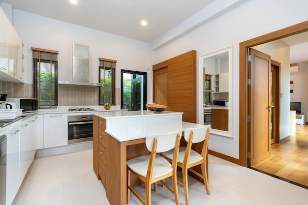 モダンなキッチンには、アイランドカウンターとキッチン用品が備わっています