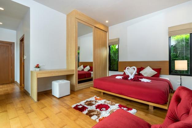 Современная спальня и красный диван
