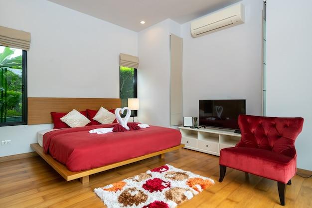 モダンなベッドルームと赤いソファ