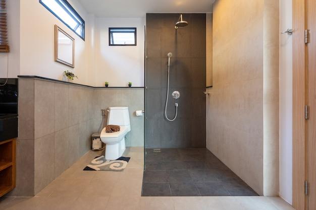 トイレとシャワー付きのバスルーム
