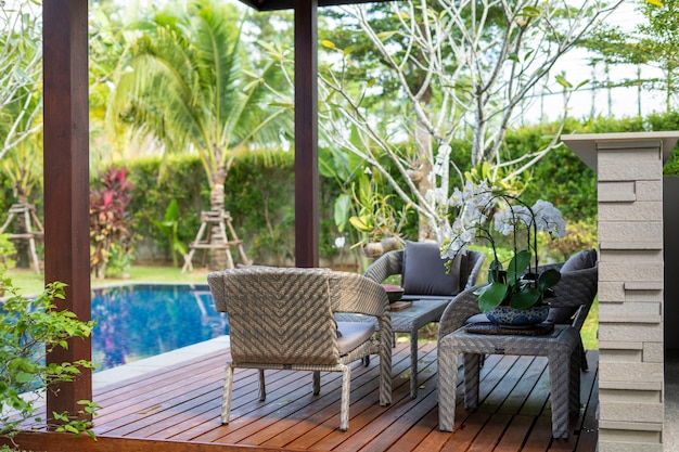 Бассейн и павильон с зеленым садом