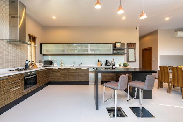 モダンなキッチンにはダイニングテーブルとキッチン用品が備わっています