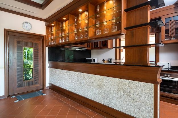 木製のダイニングテーブルとキッチンのカウンターバー