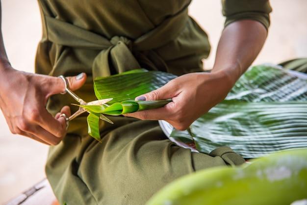 タイのデザートプロセス。バナナの葉を切り取ってキャンデーを包み込んだ模様を得る
