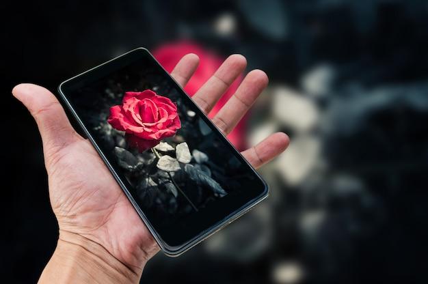 モバイル写真のコンセプト。スマートフォンを持って写真を撮る手