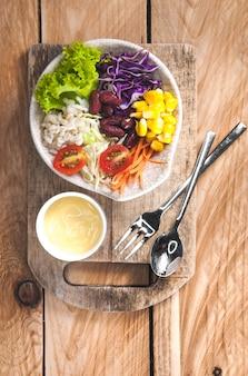 自家製の新鮮な春の野菜サラダビタミンのセット
