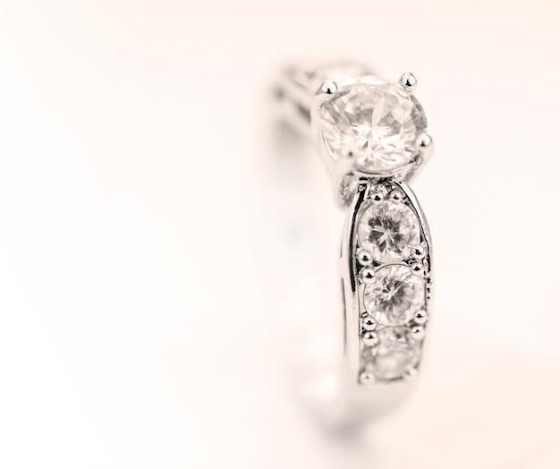ヴィンテージの背景に隔離された現代ダイヤモンドリング。