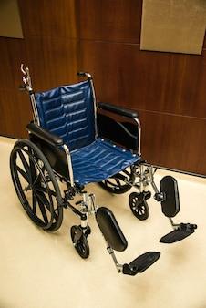 病院の廊下の希望で駐車している空の車椅子