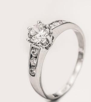 Кольцо с бриллиантом из белого золота на белом