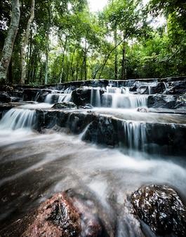 Красивый водопад выстрелил с медленной выдержкой