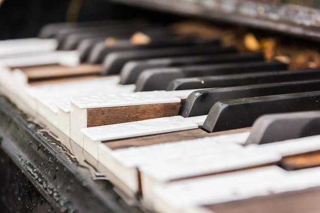 壊れた古いピアノの鍵
