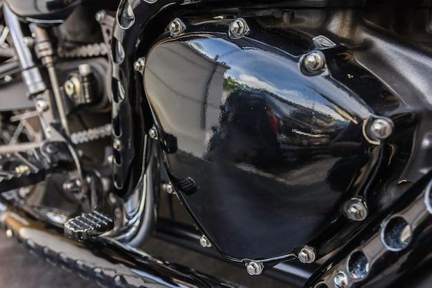 クロームされたオートバイエンジンのクローズアップ