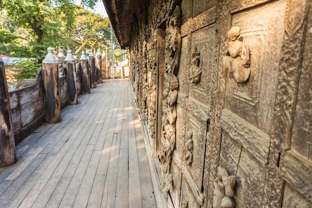 Храм швенандау кьяунг или монастырь золотого дворца в мандалае, мьянма