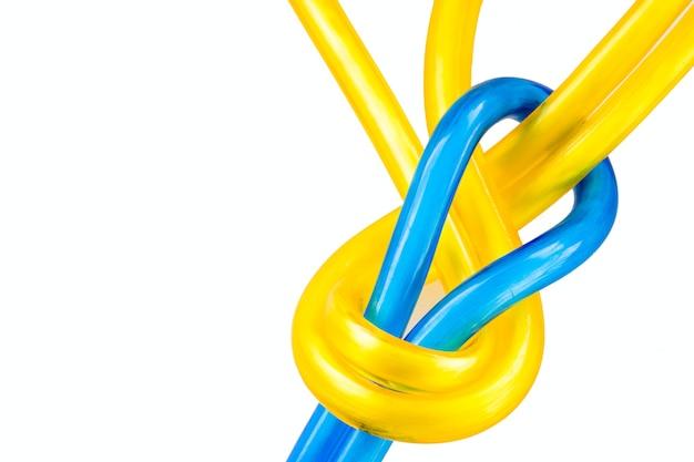 白い背景にプラスチックロープとロープの結び目
