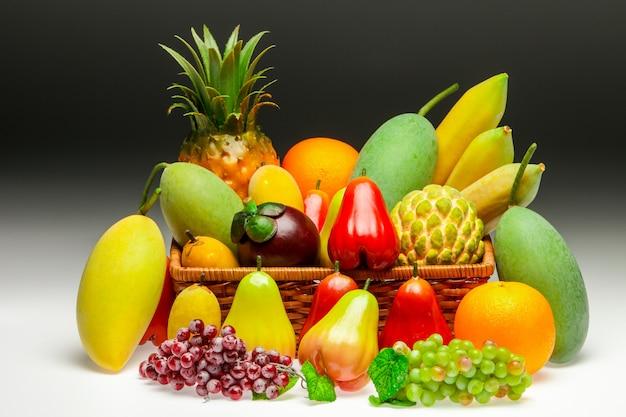 白い背景にアジアの果物の概要