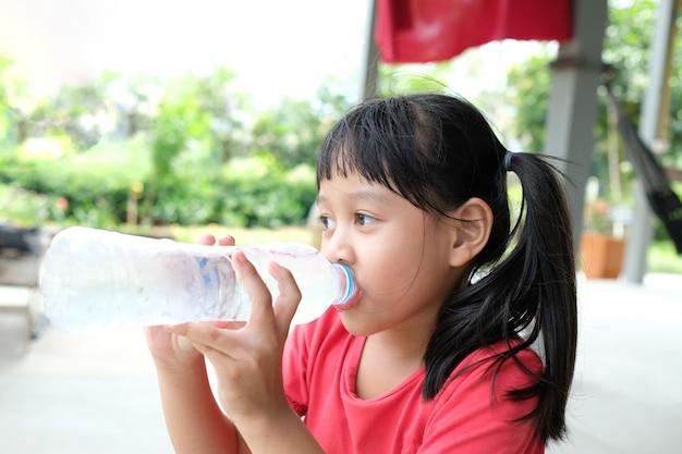 Девушка выпивая воду