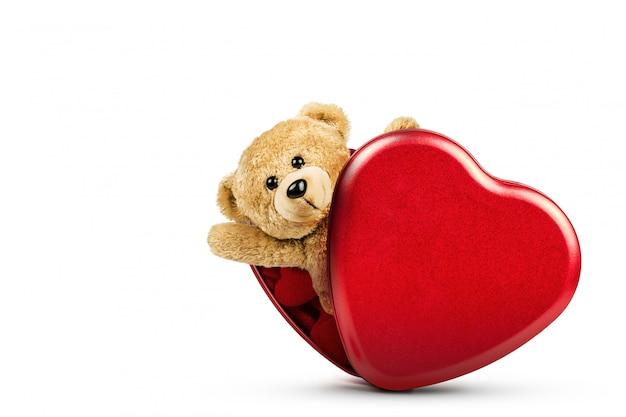 Плюшевый мишка и красная коробка в форме сердца