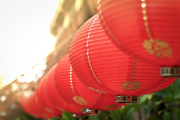 中国の寺院や中国の町の通りで中国の赤い空の灯篭の装飾
