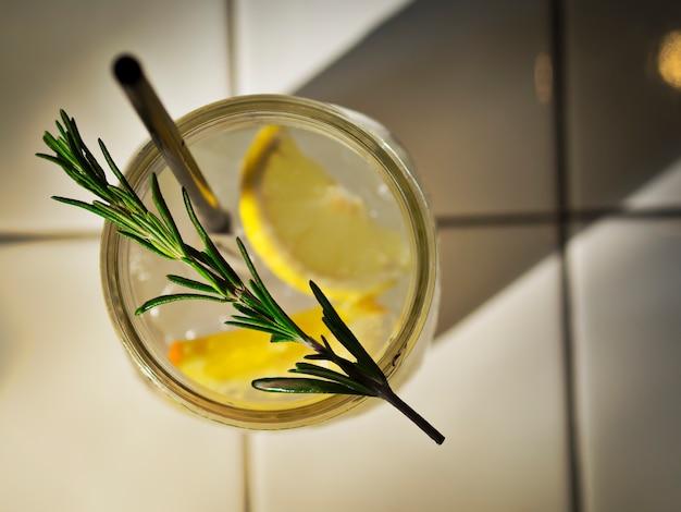 Игристая содовая мохито с лимонадом, лимоном и розмарином