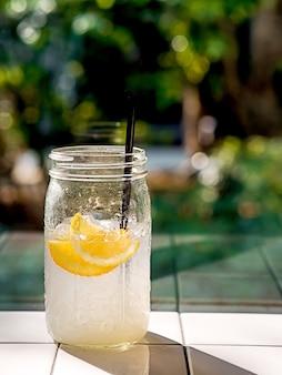 Стакан лимонной содовой воды мохито с лимонадным или лимонным соком