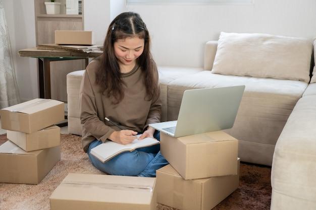 Молодой предприниматель, сидя на полу и работая на дому.