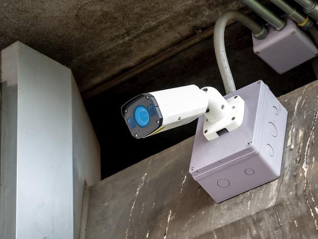 Камера видеонаблюдения, установленная в аэропорту и метро, для мониторинга охранных