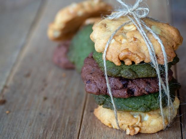 ピーナッツバター、緑茶クッキー、チョコレートチップクッキーを含む複数のカラークッキー