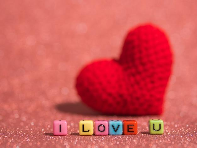 Красное сердце из пряжи с текстом «я тебя люблю»