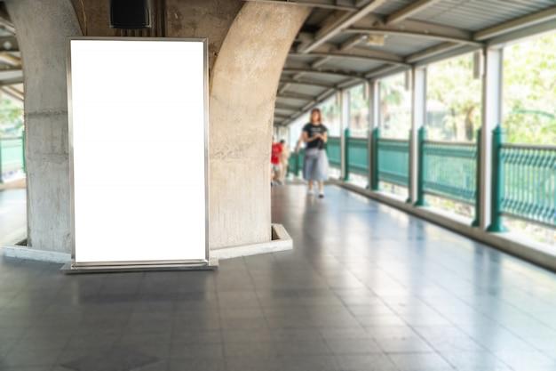 空の列車のプラットホームで卓越した視点の水平方向の垂直ポスター看板の空白のモックアップ