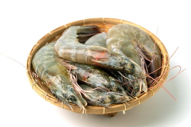 竹のボウルに新鮮な生太平洋白エビのグループを閉じる