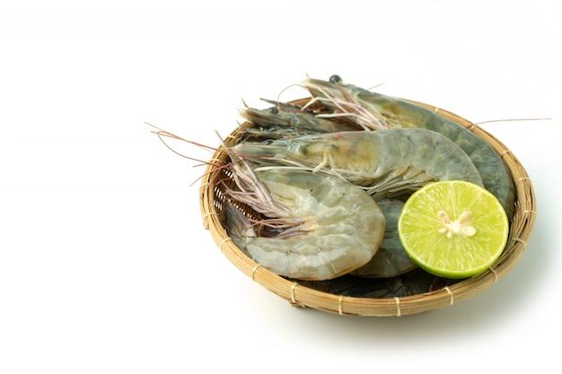 新鮮な生太平洋白エビと竹のボウルにレモンのグループ