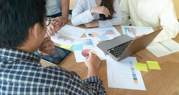 会議室で同僚と話し合うビジネス人々のグループとディスカッション販売会話。