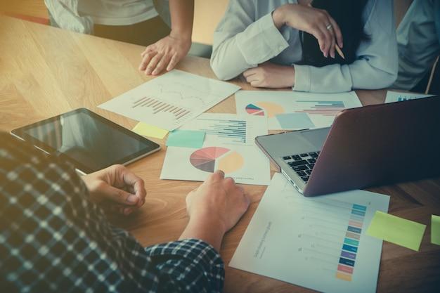 会議室で同僚と会議ビジネス人々のグループとディスカッション販売会話