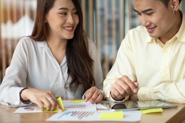 アジアのカップルは収入を計算しています