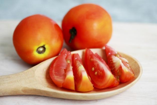 Свежие помидоры на деревянной ложке