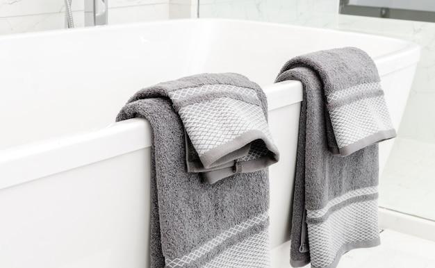 バスルームのバスタブに掛かるタオル