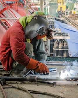 溶接作業者の作業現場での金属溶接