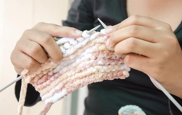 ウールで編む女性の手