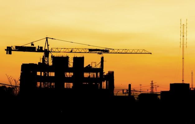 工業用建物の建設クレーンのシルエット