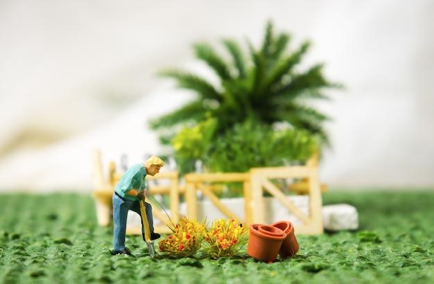 ミニチュア人形の植え付けの木の園芸植栽の概念