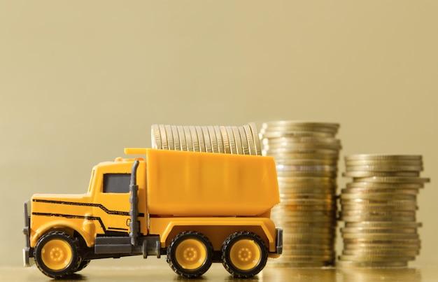 コインをいっぱい持っているおもちゃのトラック