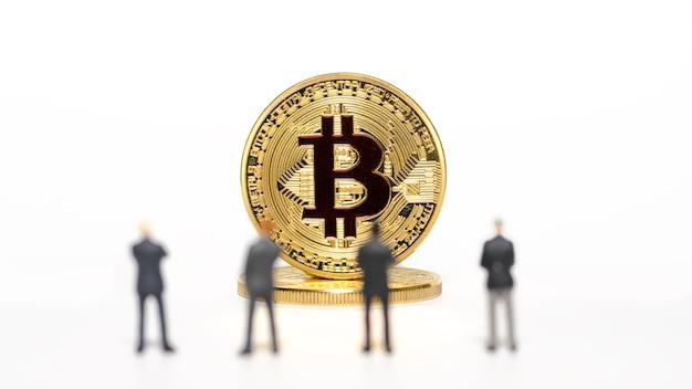 立ってビットコインの前を見ているミニチュアビジネスマン