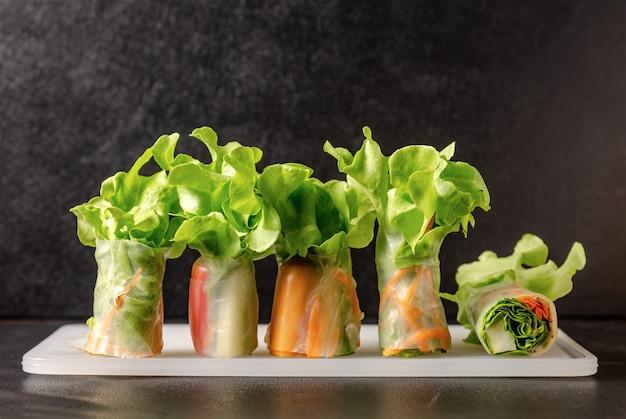 新鮮な野菜の米紙の春のロール